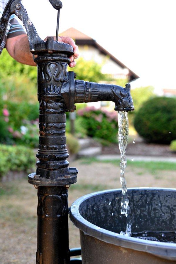 Waterpomp in de tuin